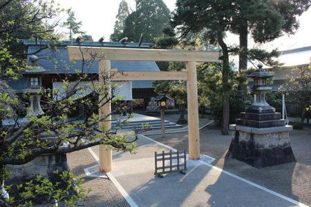 社殿近くの第一鳥居 (木製)
